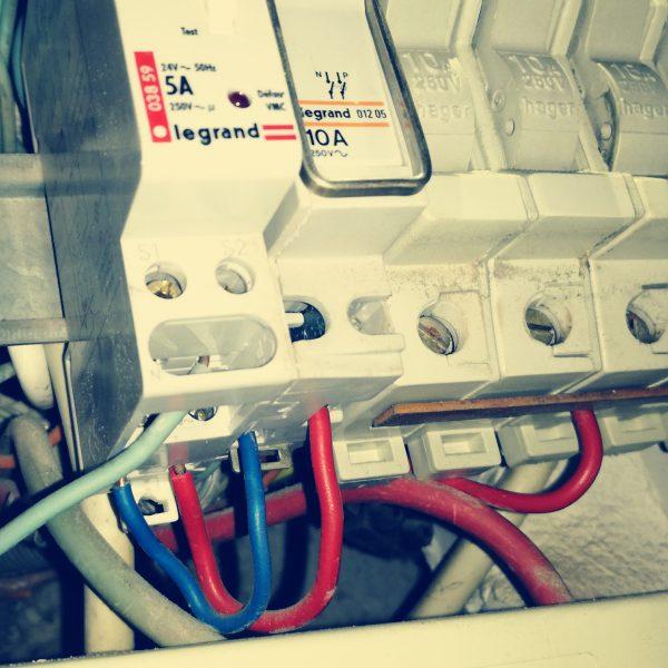 installateur électrique à lattes